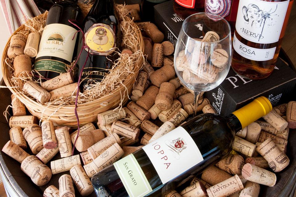 Selezione di vini passiti, chinati, distillati e grappe dell'Alto Piemonte disponibile presso l'enoteca della Brioska