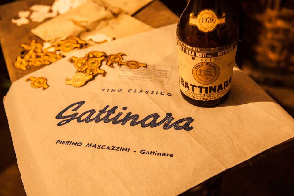 scatto storico con vecchie etichette e bottiglie di Gattinara